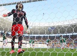 後半、オランダに同点ゴールを許したGKオチョア(手前)と、肩を落とすメキシコイレブン=フォルタレザ(共同)