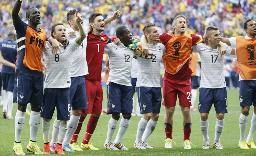 ナイジェリアに勝利し、肩を組んで喜ぶフランスイレブン=ブラジリア(共同)