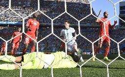 延長後半にゴールを許したスイスのGKベナリオ。中央はアシストしたアルゼンチンのメッシ=サンパウロ(共同)