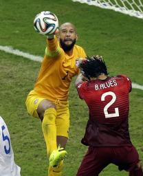 米国―ポルトガル ボールに飛びつく米国GKハワード=マナウス(AP=共同)