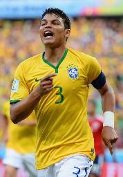 前半、先制ゴールを決め、喜ぶブラジルのチアゴシウバ=フォルタレザ(ゲッティ=共同)