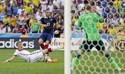 試合終了間際にフランスのベンゼマ(10)がシュートを放つが、ドイツのGKノイアーに阻まれる=リオデジャネイロ(AP=共同)