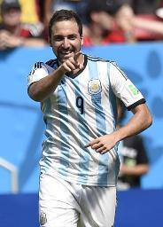 前半、先制ゴールを決め、笑顔のアルゼンチン・イグアイン=ブラジリア(共同)