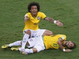 サッカーW杯ブラジル大会準々決勝のコロンビア戦で、ファウルを受け痛がるブラジルのネイマール。上は心配するマルセロ=4日、フォルタレザ(ロイター=共同)