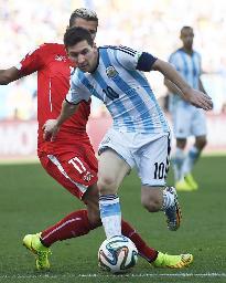 アルゼンチン―スイス 延長後半、ドリブルで攻め込むアルゼンチンのメッシ=サンパウロ(共同)