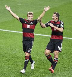 前半、チーム3点目のゴールを決め、クローゼ(右)と喜ぶドイツのクロース=ベロオリゾンテ(共同)(了)