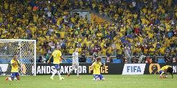 ドイツに大敗し、座り込むブラジルイレブン=ベロオリゾンテ(共同)