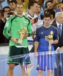 最優秀GKのドイツ・ノイアー(左)と、最優秀選手のアルゼンチン・メッシ=リオデジャネイロ(共同)