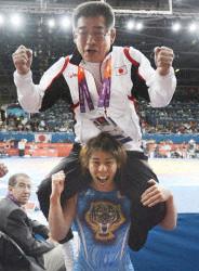 父親を感謝の肩車 女子レスリングの吉田、迷い克服して3連覇
