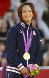松本が金メダリスト第1号 日本選手団にやっと笑顔