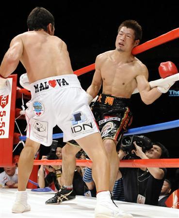 モンティエル(左)にまさかのTKO負けを喫した長谷川(2010年4月30日)