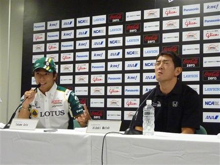 昨年のインディジャパンのレース後に、悔しそうな表情を見せる武藤英紀(右)。左は佐藤琢磨