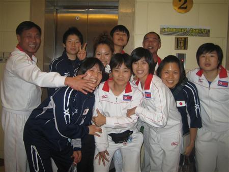 2008年世界選手権で、北朝鮮選手と打ち解ける日本選手