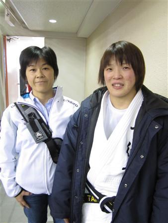 震災後、部員たちと共同生活した南條監督(左)