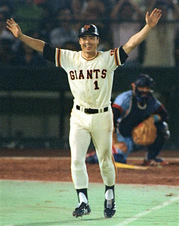 東京・後楽園球場で756号本塁打を放ち、大きく両手を広げて一塁に向かう王貞治選手=1977年9月3日