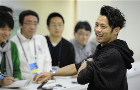 「可能性を信じて、勝負したい」。笑顔で報道陣の質問に答える高橋大輔(モスクワ、2011年4月30日、共同)