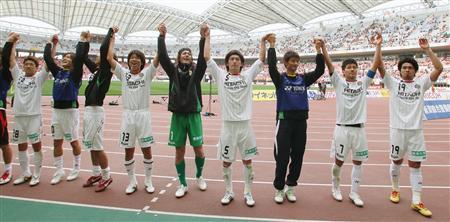 新潟戦に完勝して首位を守り、サポーターの声援に応える柏イレブン=14日、東北電