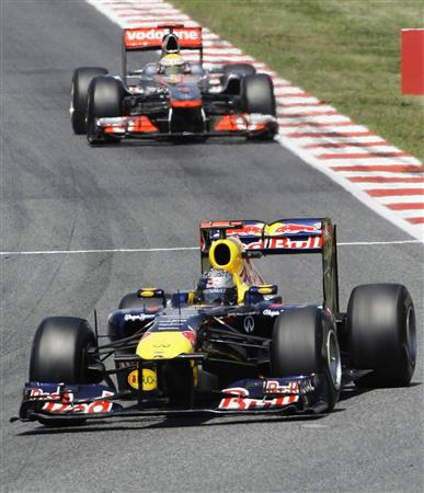 F1スペインGPで今季4勝目を挙げたフェテル。後ろはハミルトン