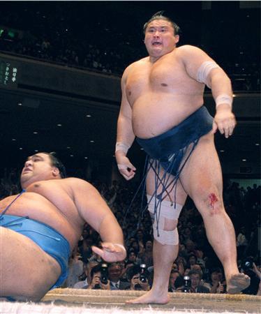 右ひざのけがを押し、優勝決定戦に臨んで武蔵丸を破った横綱貴乃花(右)。支度部屋では寡黙な力士の代表格だった(2001年5月27日、両国国技館、共同)
