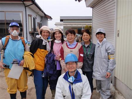 被災地でボランティア活動(右端が筆者)