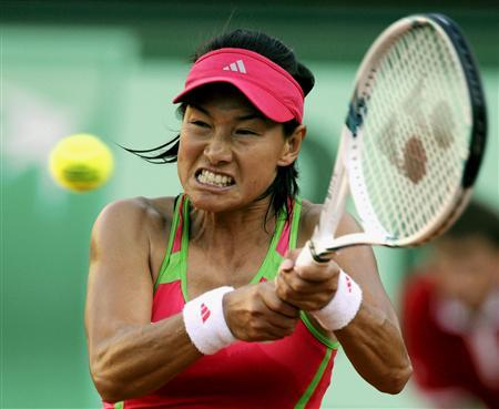 勝利へのあくなき執念を見せてプレーするクルム伊達公子(パリ、2011年5月24日・全仏オープン単1回戦で、共同)