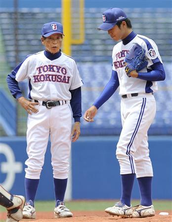 6月9日の日体大戦で先発の伊藤(右)に指示を出す東京国際大の古葉監督=神宮