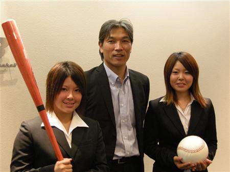 野球の女子ワールドカップで3連覇を狙う日本の新谷博監督(中央)と六角彩子内野手(左)磯崎由加里投手(6月20日、東京・内幸町の日本野球機構で、倉見徹撮影)