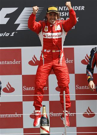 英国GPでの今季初優勝を喜ぶアロンソ