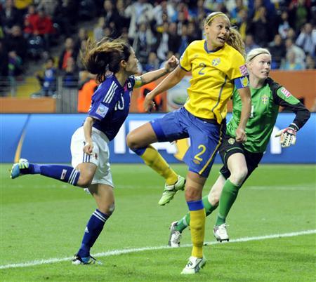 日本―スウェーデンの後半、ヘディングで勝ち越しゴールを決める沢(左)=フランクフルト(共同)