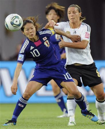 日本―ドイツの前半、競り合う沢(左)=9日、ウォルフスブルク(共同)