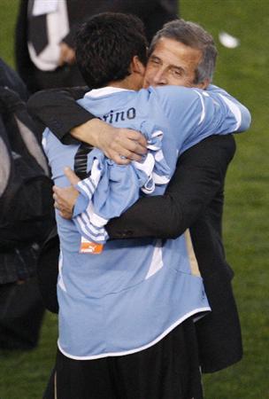 南米選手権優勝を決め、選手と抱き合うウルグアイ代表のタバレス監督=ブエノスアイレス(ロイター=共同)