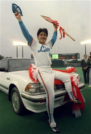 1987年の日本シリーズでシリーズMVPに選ばれ、賞品に車をもらい喜ぶ工藤=1987年11月1日、西武球場
