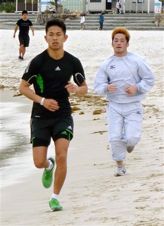 5月の合宿で和歌山県白浜町の浜辺を走る井岡一翔(左)