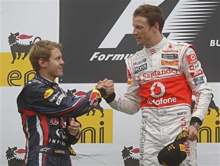 F1ハンガリーGPで優勝したバトン(右)を祝福するフェテル
