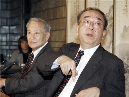 07年に特待生問題で記者会見する日本高野連の脇村春夫会長(左=当時)と、田名部和裕参事(当時)=大阪