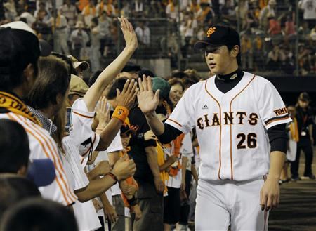 30日の横浜戦で13勝目を挙げ、ファンとタッチする内海=福井