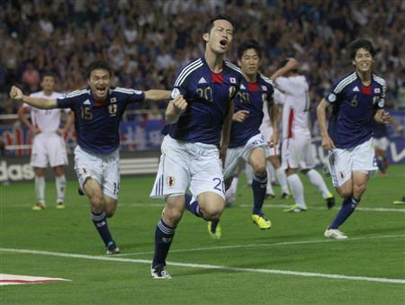 サッカーW杯3次予選の日本―北朝鮮。試合終了間際に決勝ゴールを決め、ガッツポーズで駆けだす吉田(左から2人目)と喜ぶ今野(左端)ら日本イレブン=2日、埼玉スタジアム