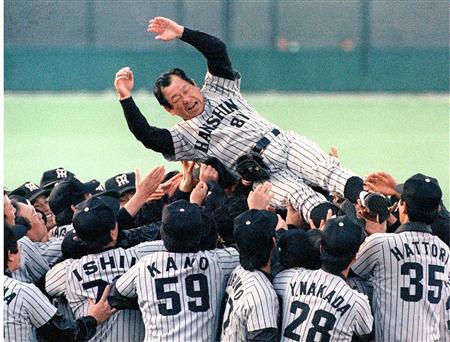 """吉田監督(中央)は1985年に日本一となった2年後に""""石持て追われ""""チームを後に"""