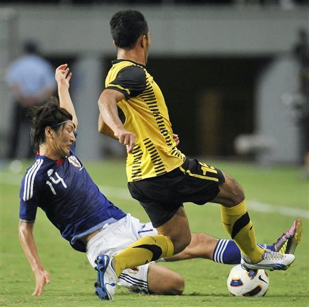 日本―マレーシア 前半、競り合う原口(左)=ベアスタ