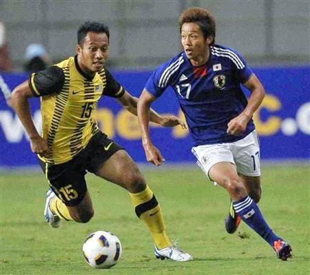 日本―マレーシア 前半、攻め込む清武(右)=ベアスタ