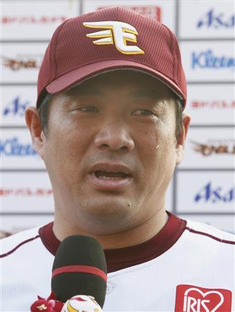 「こんなに寂しいヒーローインタビューは初めて」。ロッテ戦に代打出場して中前打を放ち、仙台で最後となったお立ち台で涙を流す山崎武司選手。(2011年10月10日、Kスタ宮城。共同)
