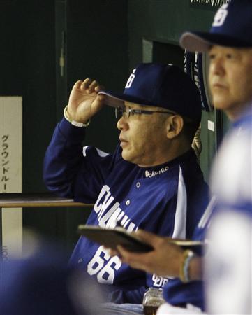 14日の巨人戦で、自軍の攻撃を前にグラウンドを見詰める中日・落合監督=東京ドーム