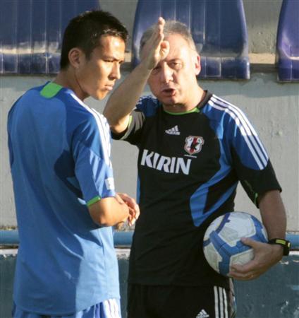 アウェーでのウズベキスタン戦を前に戦術を確認し合うザッケロー二監督(右)と主将の長谷部(2011年9月4日、タシケントで、共同)