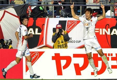 ナビスコカップ決勝。延長前半、決勝ゴールを決め喜ぶ鹿島・大迫。左は柴崎=10月29日、国立競技場