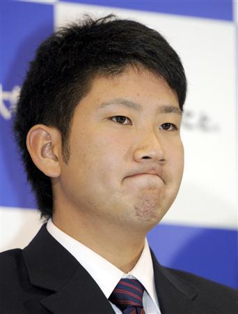 日本ハムに1位指名され、厳しい表情で記者会見する東海大の菅野智之投手=10月27日、神奈川県平塚市