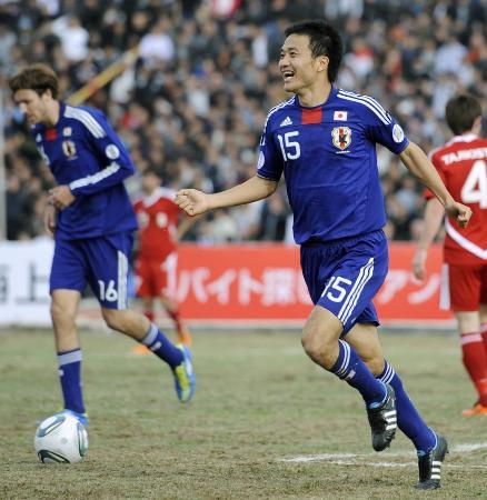 サッカーW杯3次予選 日本―タジキスタン 前半、先制ゴールを決め笑顔で駆けだす今野=11日、ドゥシャンベ(共同)