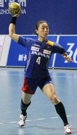 ロンドン五輪のアジア予選、北朝鮮戦で奮闘する上町史織(2011年10月17日、中国・常州、共同)