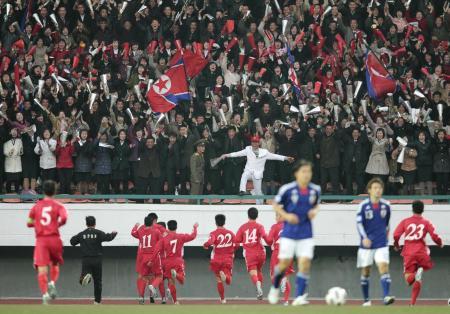 日本―北朝鮮戦で、北朝鮮のゴールに歓喜するスタンド(共同)
