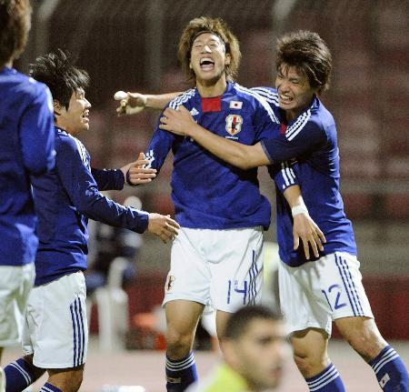 日本―バーレーン 前半、先制ゴールを決め喜ぶ大津(中央)と祝福する浜田(右)ら=マナマ(共同)
