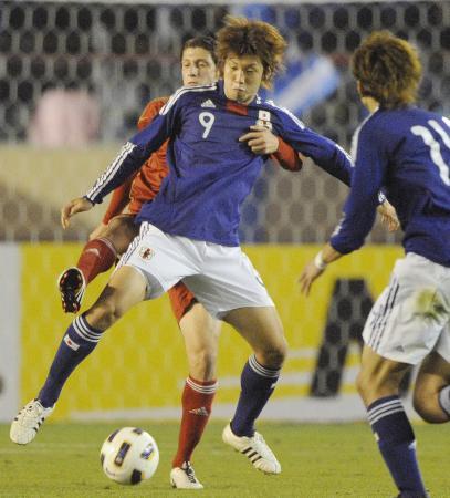 日本―シリア 前半、競り合う大迫(9)=27日、国立競技場